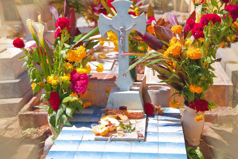 Grave with offerings
